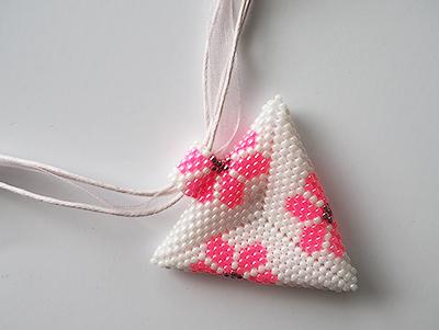 2044 Trojúhelník s růžovou květinou